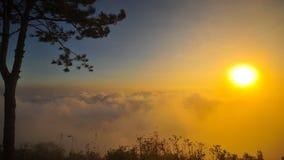 Salida del sol y niebla por la mañana Imagen de archivo