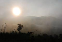 Salida del sol y niebla por la mañana Fotos de archivo