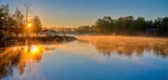 Salida del sol y niebla sobre el lago Martin, AL imagen de archivo libre de regalías