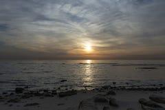 Salida del sol y nubes de Kuwait Imagen de archivo libre de regalías