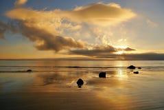 Salida del sol y nubes de oro con la reflexión Fotografía de archivo