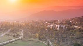 Salida del sol y paisaje urbano de Tbilisi, Georgia, tiro aéreo Imágenes de archivo libres de regalías