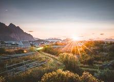 Salida del sol y puesta del sol en Henningsvaer, pueblo pesquero situado en varias pequeñas islas en el archipiélago de Lofoten,  foto de archivo