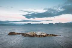 Salida del sol y puesta del sol en Henningsvaer, pueblo pesquero situado en varias pequeñas islas en el archipiélago de Lofoten,  imágenes de archivo libres de regalías