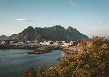 Salida del sol y puesta del sol en Henningsvaer, pueblo pesquero situado en varias pequeñas islas en el archipiélago de Lofoten,  imagenes de archivo