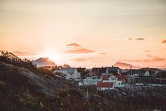 Salida del sol y puesta del sol en Henningsvaer, pueblo pesquero situado en varias pequeñas islas en el archipiélago de Lofoten,  fotos de archivo libres de regalías