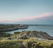 Salida del sol y puesta del sol en Henningsvaer, pueblo pesquero situado en varias pequeñas islas en el archipiélago de Lofoten,  fotografía de archivo libre de regalías