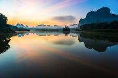 Salida del sol y reflexiones hermosas en la laguna de Nongtalay Imágenes de archivo libres de regalías