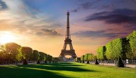 Salida del sol y torre Eiffel foto de archivo libre de regalías