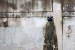 Salida del tubo de desagüe en el muro de cemento Foto de archivo
