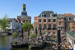 Salida en el agua en el centro histórico de Leiden Fotografía de archivo libre de regalías