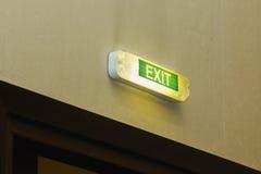 Salida - inscripción sobre la puerta - muestra verde del alumbrado de seguridad foto de archivo