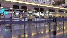 Salida Pasillo en el aeropuerto de Haneda, Tokio, Japón almacen de video