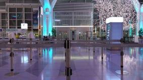 Salida Pasillo en el aeropuerto de Haneda, Tokio, Japón almacen de metraje de vídeo