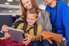 Salida que espera de la familia para en el aeropuerto Fotos de archivo libres de regalías