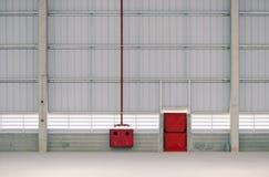 Salida y boca de incendios de emergencia en una instalación industrial Fotografía de archivo libre de regalías