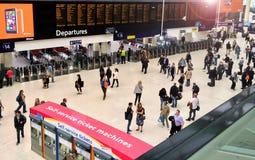 Salidas de Londres de la estación de Waterloo Fotos de archivo libres de regalías
