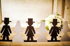 Salidas de Paper Doll Cut de novia y del novio con el ramo Imágenes de archivo libres de regalías