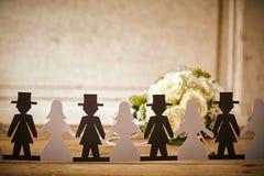 Salidas de Paper Doll Cut de novia y del novio con el ramo Imagen de archivo