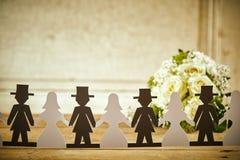Salidas de Paper Doll Cut de novia y del novio con el ramo Foto de archivo libre de regalías
