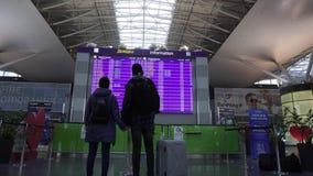 Salidas del vuelo del horario del reloj del equipaje de los viajeros de los pares del aeropuerto de Kiev Boryspil metrajes