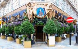 Salieri é restaurante francês e italiano flamboyantly decorado oposto ao hotel de couve-de-milão em Londres central, unida imagens de stock