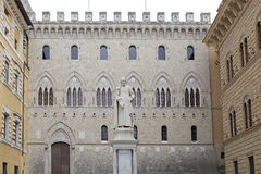 Salimbenipaleis en het standbeeld van Sallustio Bandini, Siena, Toscanië, Italië Royalty-vrije Stock Afbeeldingen
