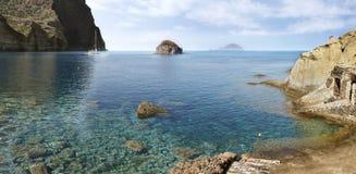 Salina, vista panor?mica da praia de Pollara imagens de stock royalty free