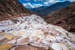 Salinas de Maras, προκαλούμενα από τον άνθρωπο αλατισμένα ορυχεία κοντά σε Cusco, Περού στοκ φωτογραφία με δικαίωμα ελεύθερης χρήσης