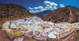 Salinas de Maras, προκαλούμενα από τον άνθρωπο αλατισμένα ορυχεία κοντά σε Cusco, Περού στοκ εικόνα