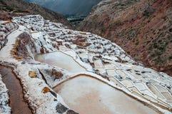 Salinas de Maras, Перу Шахта соли естественная Лотки соли Inca на Maras в священной долине, Перу Стоковая Фотография RF