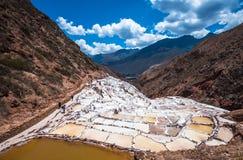 Salinas de Maras, konstgjorda salta miner nära Cusco, Peru Arkivbilder