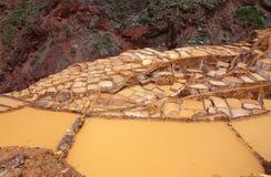 Salinas de Maras - sali gli stagni di evaporazione vicino alla città di Maras dentro Fotografie Stock Libere da Diritti