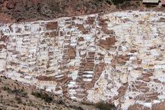 ` Salineras o ` de Salinas de Maras, en las montañas de los Andes en Cusco, Perú Imagen de archivo