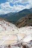 ` Salineras o ` de Salinas de Maras, en las montañas de los Andes en Cusco, Perú Imagenes de archivo