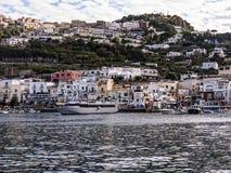Salir del puerto de Capri imagen de archivo