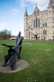 SALISBÚRIA, WILTSHIRE/UK - 21 DE MARÇO: Estátua de passeio da mulher por Lyn fotos de stock royalty free