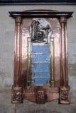 SALISBÚRIA, WILTSHIRE/UK - 21 DE MARÇO: Monumento em Salisbúria Cathe imagem de stock royalty free
