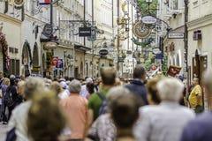 SALISBURGO, AUSTRIA - AGOSTO 2011: Gente non identificata che cammina a Immagine Stock Libera da Diritti