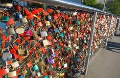 Salisburgo, Austria - 21 aprile 2016: Lucchetti di amore sul ponte Immagini Stock