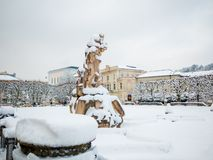 SALISBURGO, AUSTRIA - 13 FEBBRAIO 2018: Roman Statue a Mirabellplatz nella neve di stagione invernale Immagine Stock Libera da Diritti