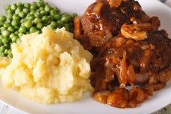 Salisbury biff med mosade potatisar och närbild för gröna ärtor Ho royaltyfri bild