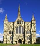 Salisbury domkyrka i UK på en solig dag Royaltyfria Bilder