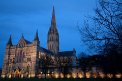 Salisbury-Kathedrale an der Dämmerung stockbild