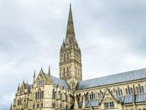 Salisbury-Kathedrale unter bewölktem Himmel lizenzfreies stockfoto