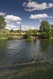 Salisbury-Kathedrale von theOld Mühle Harnham Salisbury lizenzfreie stockfotos