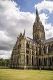 Salisbury-Kathedralenansicht und -park um ihn Lizenzfreies Stockbild