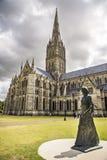 Salisbury-Kathedralenansicht und -park um ihn Lizenzfreie Stockfotos