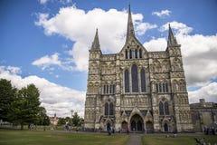 Salisbury-Kathedralenansicht und -park um ihn Stockbilder