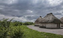 Salisbury równina pokrywający strzechą chmurni nieba i domy - fotografia royalty free